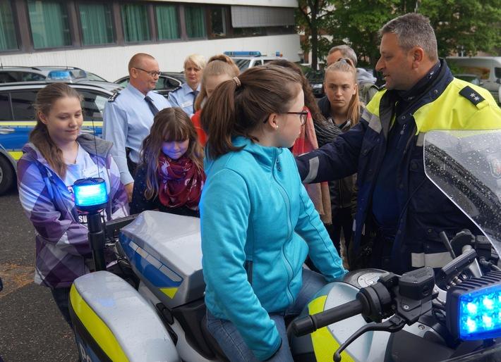 """POL-BO: Spurensicherung, Einsatztraining, Wachdienst: Rund 100 Mädchen schnuppern Polizeiluft beim """"Girls Day"""""""